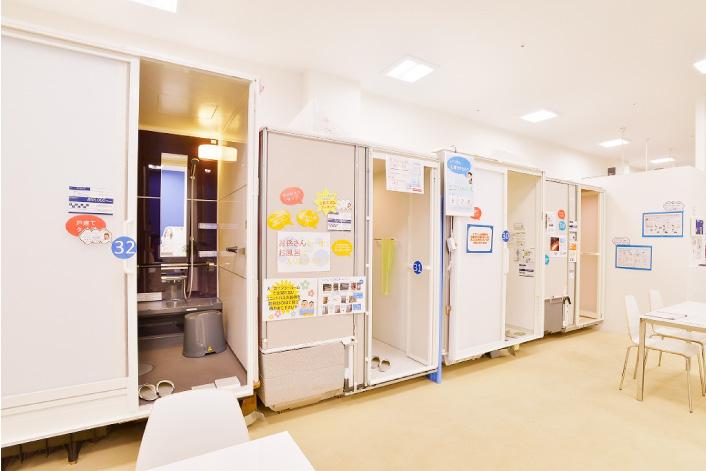 戸建てとマンションどちらもご用意 現在のお住まいに合わせて、複数のユニットバスをご覧になっていただけます。浴槽のカタチや、シャワーのカタチなどメーカーや商品によって異なりますので、実際にご覧になってお選びください。