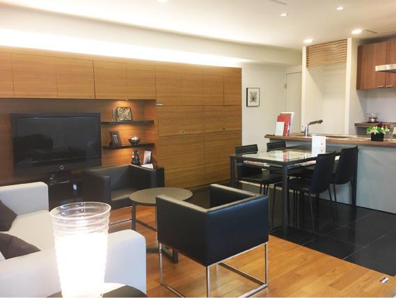 チーク材のもつナチュラル感と、黒いストーン・タイルという異なる質感のコントラストで構成した床をベースに、間接照明とキッチンのモザイクタイルを加えスタイリッシュなデザインを展開。大人同士がゆったり、くつろげる空間です。
