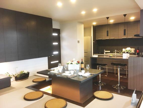 品の良さを感じさせる和風なグレーをベースカラーに、トラディショナルな雰囲気を生むこげ茶で、床や家具を作成しアクセントに。床より20センチほど高い畳コーナーは、ダイニング・テーブルとセットでも使用できます。家族団らんのくつろぎをどうぞ。