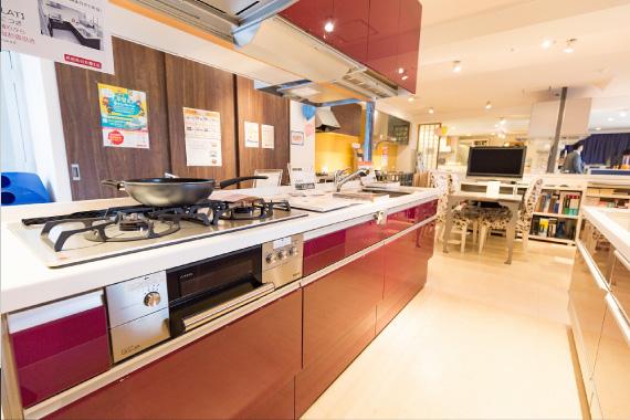 1F キッチンはタイプごとに厳選したものを展示。デザイン性だけではなく、使い勝手も重要なポイント。