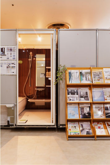 ユニットバス、トイレ、洗面の他にも床材やドアなどたくさんのものを見ながらイメージをできます