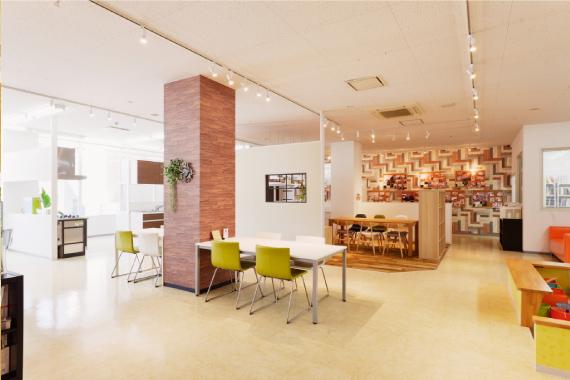 快適とデザイン 住宅設備もリフォームやリノベーションのイメージがしやすいように、デザインブースを設けています。素材感を確かめられるよう、各デザインブースごとにテーマを分けているので、お好みの素材と設備の組み合わせが簡単にイメージできます。ゆとりのあるフロアになっているので、他のお客様も気にならず、ゆっくりと見て回ることができるショールームになっております。またキッズスペースも完備しているので、安心してお子様連れでもご来店ください。