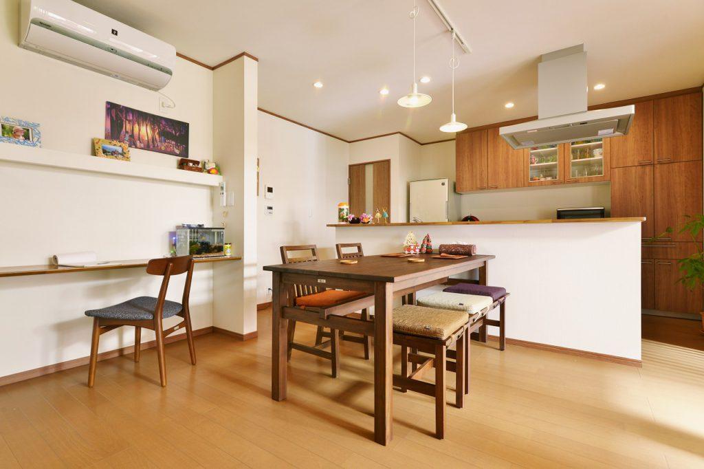 【ダイニングキッチン】 アイランド型のキッチンとダイニングスペース。キッチンバックは家電カウンターと、ダストワゴンも備えたたっぷり収納。お子様の勉強スペースもダイニングに設けました。