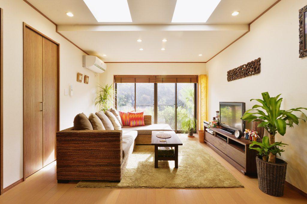 【リビング】 屋根工事の際、トップライトを新たに設けて明るく開放的なリビングに。チェリーを基調とした建材が、庭の緑や家具との相性も良くまとまりのある空間に。