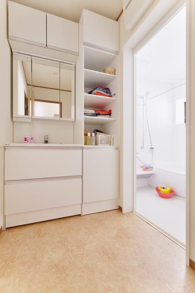 【洗面室】 段差のないバリアフリーの洗面室とお風呂。リネン収納も充実