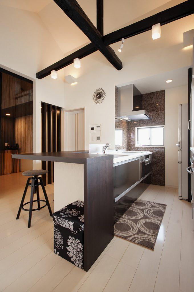 【ダイニングキッチン】 LDKを吹き抜け天井は構造物が不自然に ならないよう、バランスを考慮。