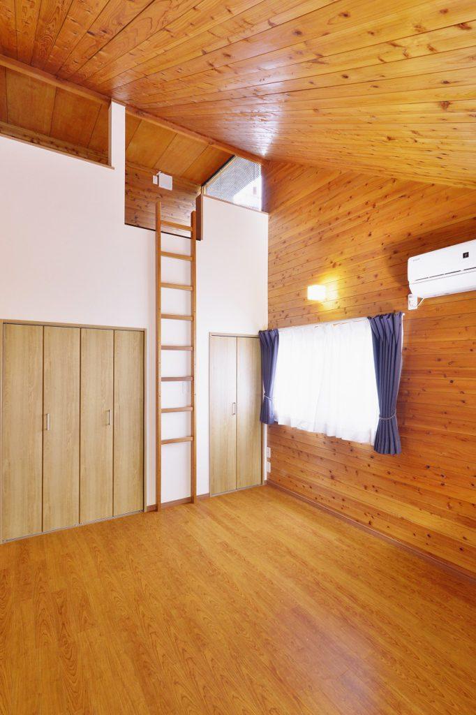 【主寝室】 ロフト下部にウォークインクローゼットや収納スペースを。