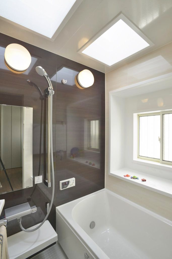 【浴室】 元々あった天窓を利用し、 非常に明るい空間にしました。