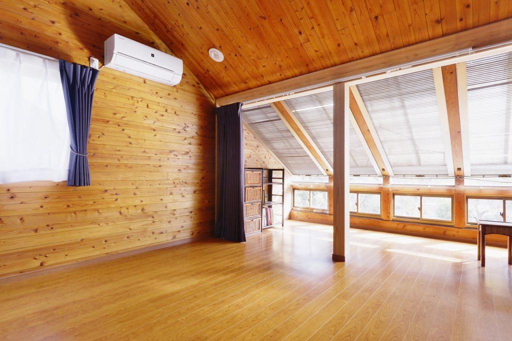 【主寝室】 壁・天井の羽目板は既存のまま再利用で。床は防音フローリングにし、下の階への音の配慮を。