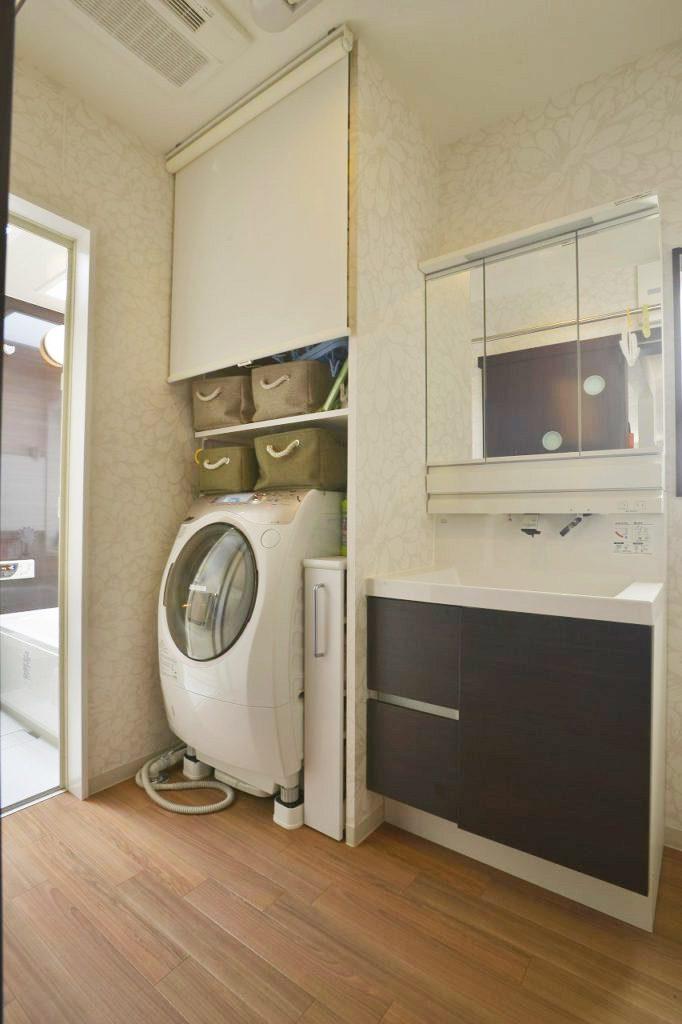 【洗面室】 幅広の洗面台と隙間収納を利用して 利便性を追求しました。