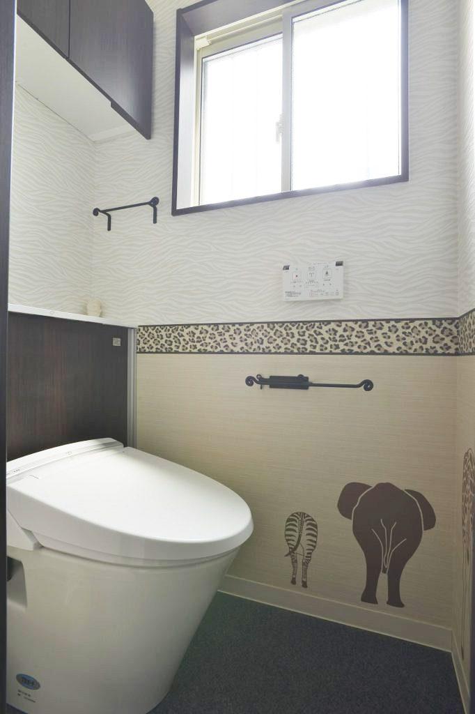 【トイレ】 動物模様の紙を接着し賑わいを持たせました。 収納一体型トイレなので広々とした空間です。
