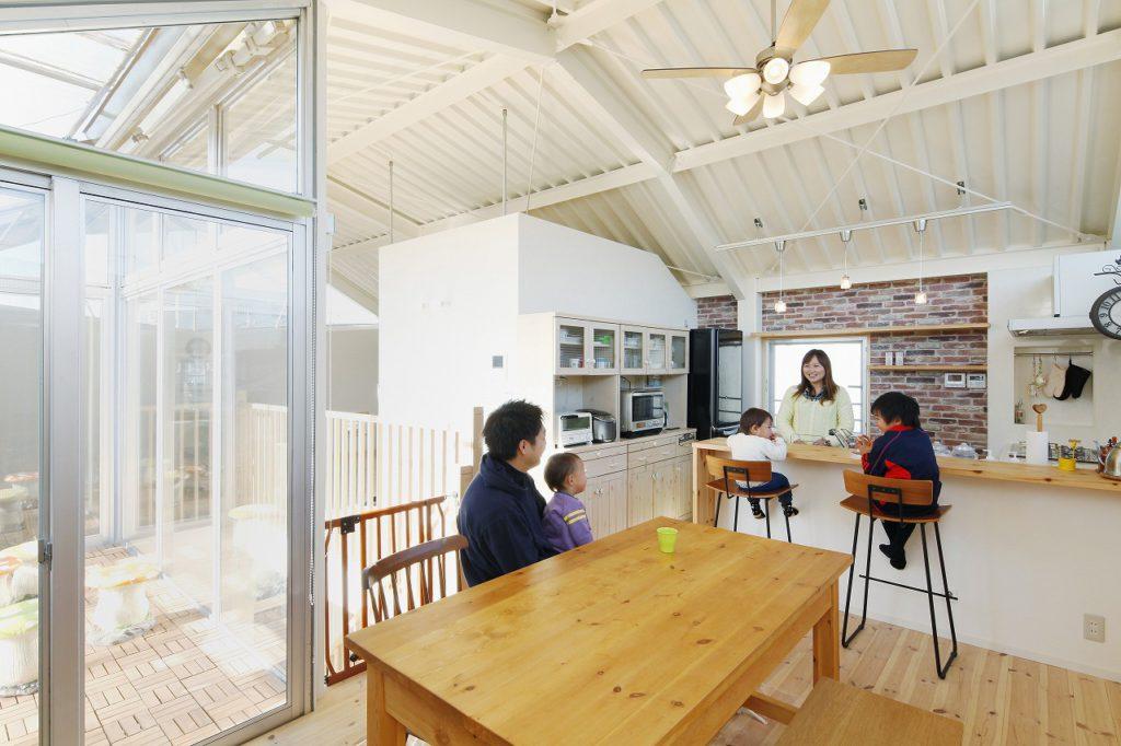 【ダイニングキッチン】 3階の床は、パイン無垢材に変更。 対面キッチンにはカウンターを設けて カフェ風に仕上げました