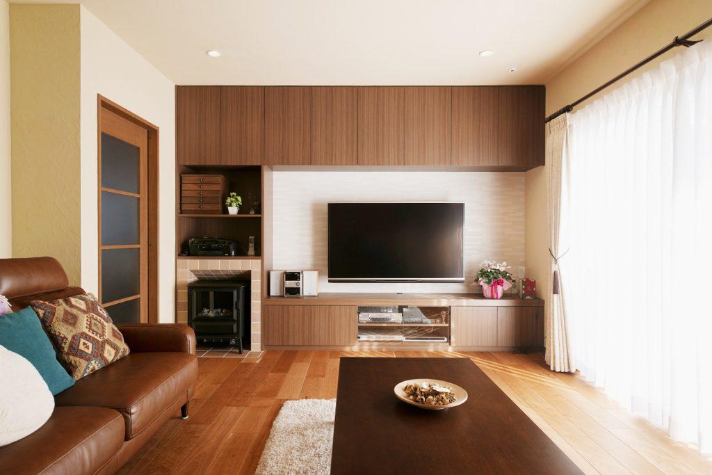 【リビング】 リビングの壁は珪藻土塗り。 壁面収納と壁掛けテレビですっきりと。