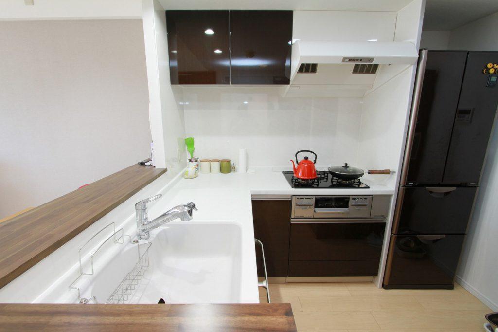 【キッチン】 お掃除のしやすいレンジフードは白にして明るい空間となりました