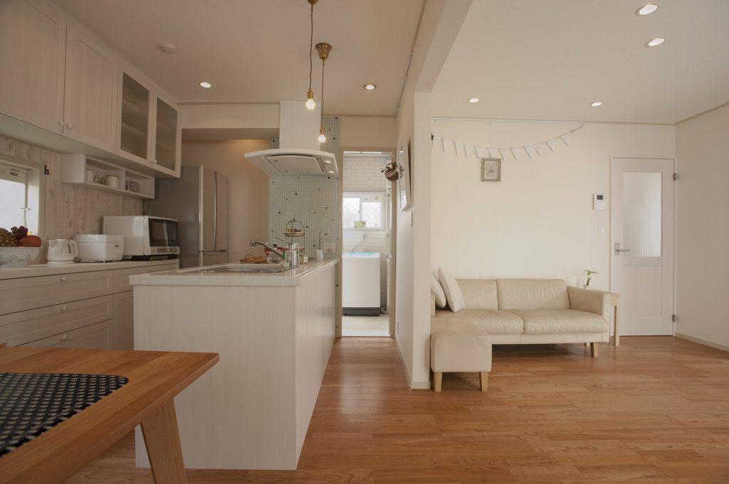 【キッチン】 ウッドワンの特注ナチュラルキッチンと背面収納を設置。 デッドスペースに扉をつけてパントリー収納としました。