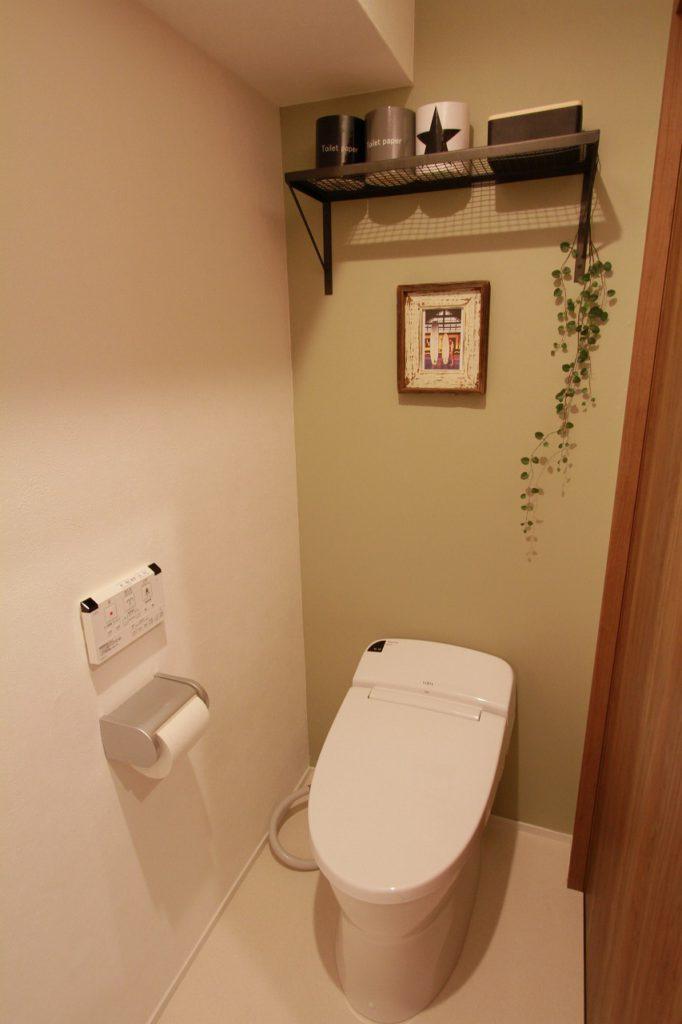 【トイレ】 アクセントクロスで落ち着きのある空間に。