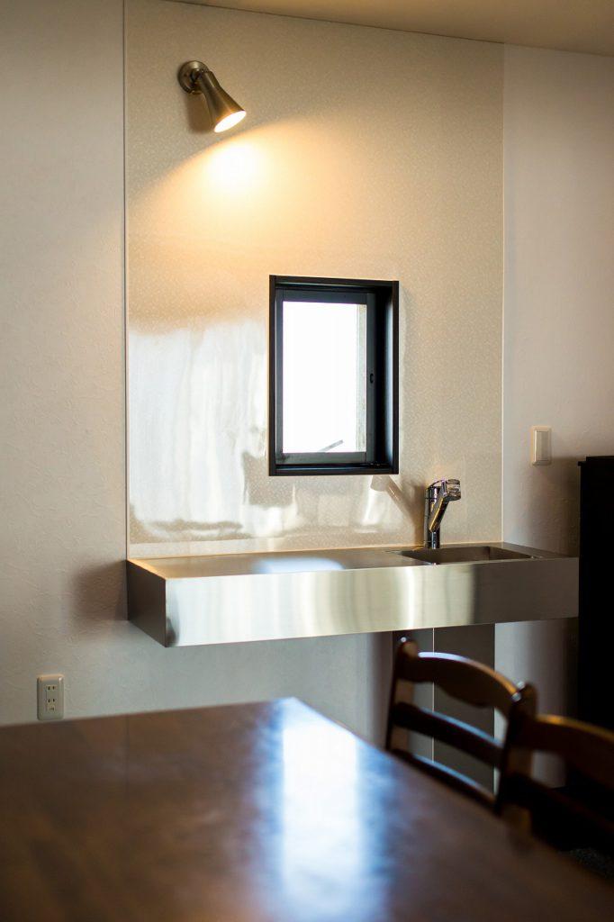 【ミニキッチン】 お施主様ご支給のMUJI製SUSミニキッチン。 2Fはご友人達の宿泊スペースのご予定とか。