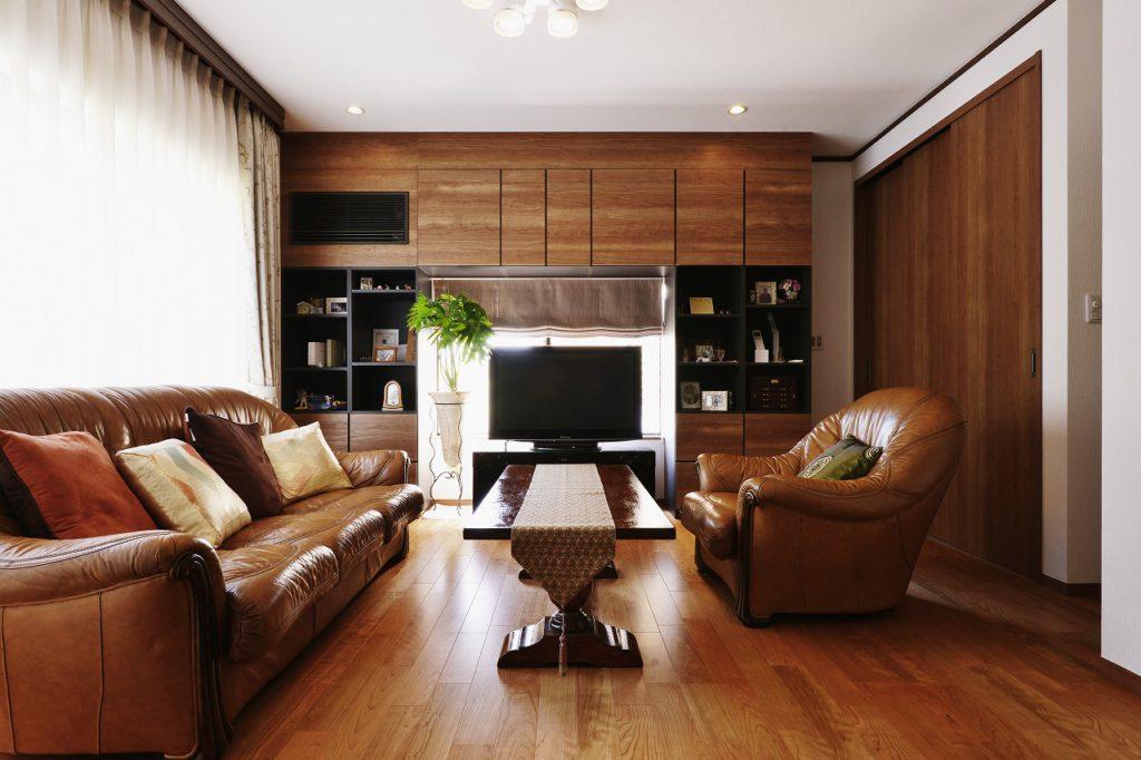 【リビング(応接室)】 既存のソファとテーブル、新規壁面収納や建具、すべてに統一感を感じる落着いた空間