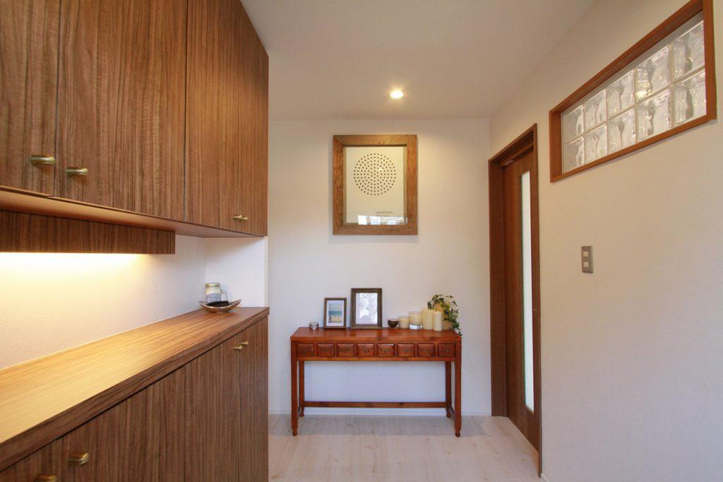 【玄関】 玄関にも光が入るように高い位置にガラス風のアクリルブロックを採用
