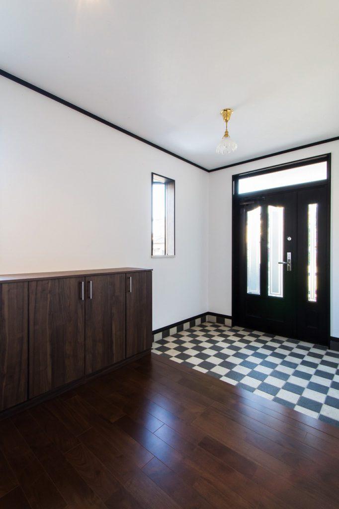 【玄関ホール】 広々とした玄関ホール。 内装と玄関収納のみリニューアルで コストを抑えました。