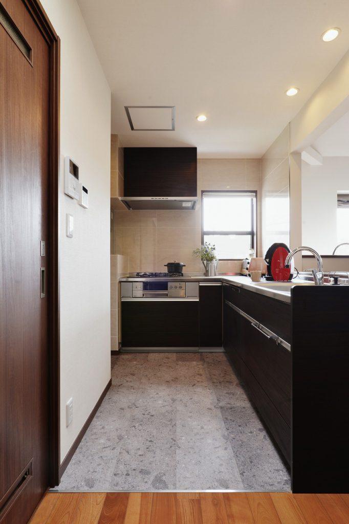 【2F キッチン】 家事室につながるL型キッチン 洗面室もキッチンからのアクセスで、家事動線を楽にしました