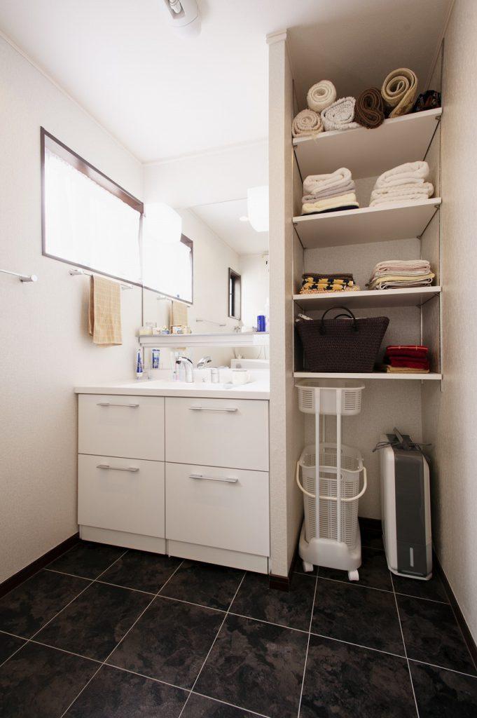 【洗面室】 トイレを移設したことで洗面室が広がり、リネン庫を設けました。
