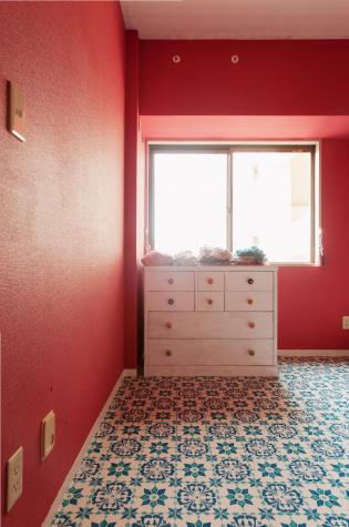 【納戸】玄関脇に作った納戸。お手入れ性を重視してあえて床材はクッションフロアを選択。ビニルと思えない存在感。