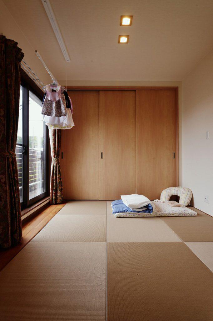 【2F 和室】 ベランダからの日当たりが良い和室 赤ちゃんのお昼寝スペースに