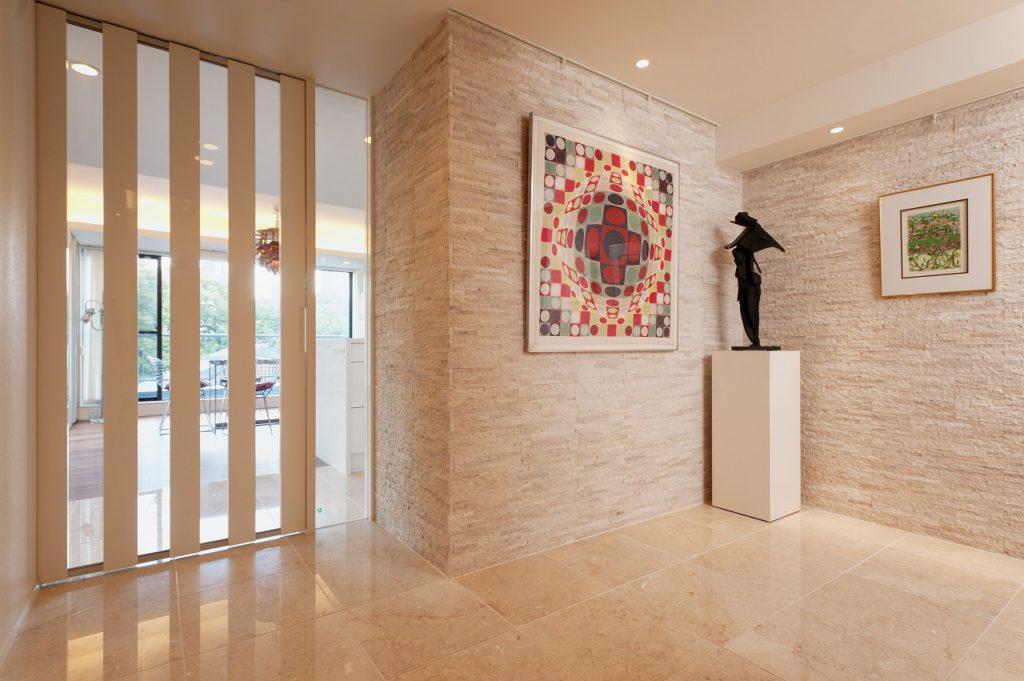 【ギャラリースペース】 廊下はゆとりを持たせた空間とし、 壁面・床ともに大理石張りとし、 アートを演出するギャラリースペースとしております