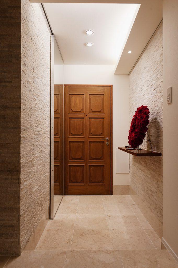 【玄関】 玄関横のミラー扉の奥は シュークローゼットになっております