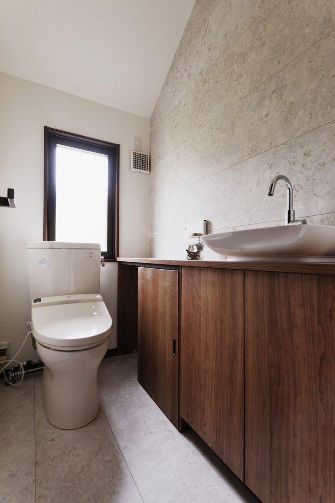 【2F トイレ】 壁面は一面だけ、床と同じ仕上げにしました