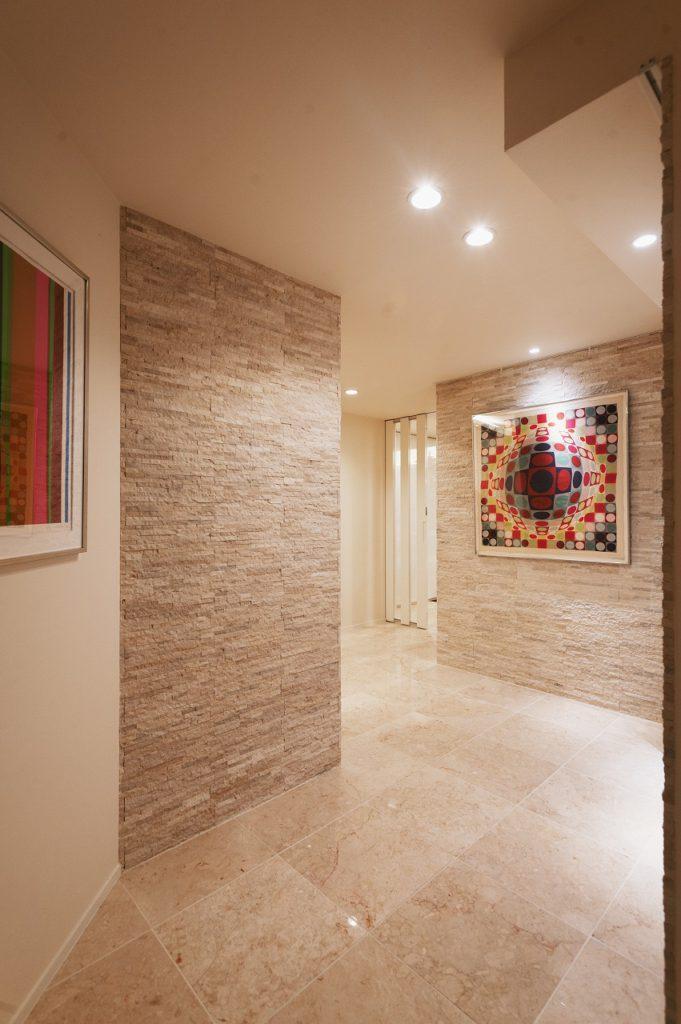 【ギャラリースペース】 廊下はクランクさせ、パブリックスペースと プライベートスペースをゆるやかに区画しております