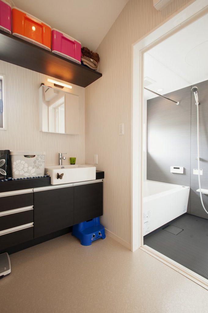 【浴室 洗面室】 お子様と一緒に身支度できるよう、化粧小物を収納 できる広めのカウンターを造作した。