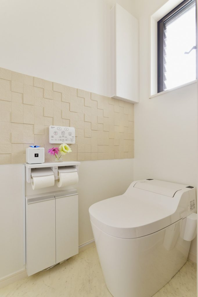 【トイレ】 収納を充実させ、消臭効果も兼ねエコカラットを貼りアクセントとなりました。