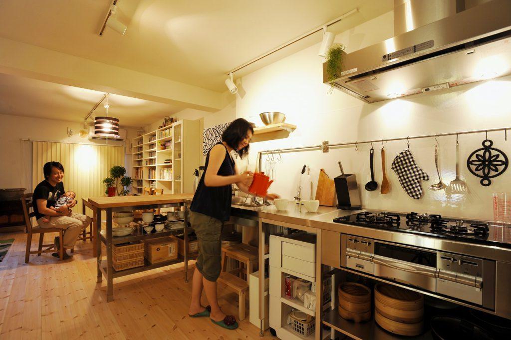 ▲キッチンは、Jさんの希望でTOTOのフレームキッチンをセレクト。家事動線や家族のコミュニケーションに配慮して、ダイニングに面する場所にカウンターを造作しました。