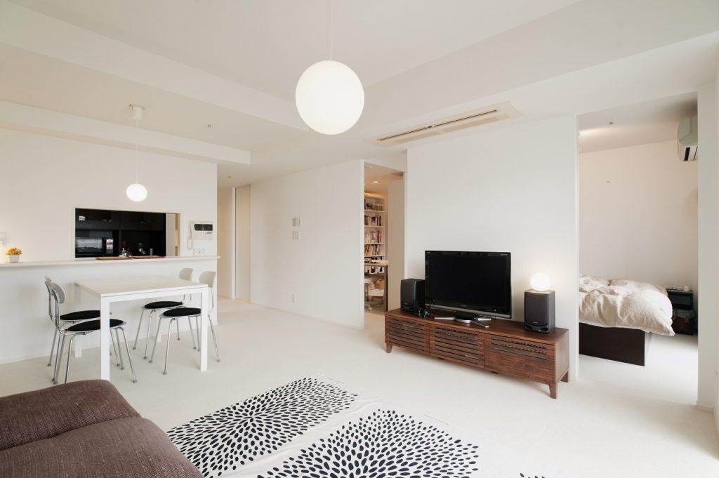 【LDK】 寝室、ワークスペースの引戸を開け放つ事で 広がりのある空間となります。