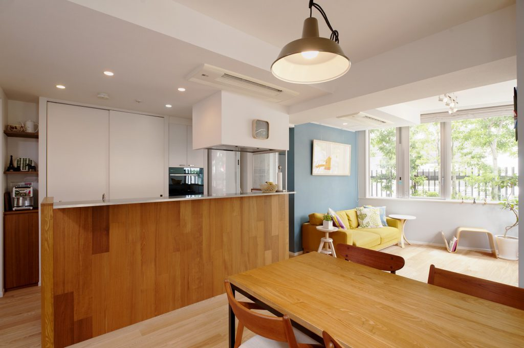 【LDK】 元々独立していたキッチンの間仕切り壁を 撤去し、広がりのあるLDK空間としました。
