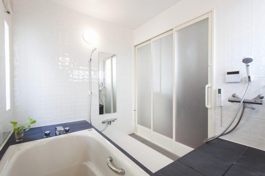 【浴槽脇】 浴槽脇にはベンチを設け、車イスのご主人様が快適にお過ごしいただけるよう、プランニングさせていただきました。