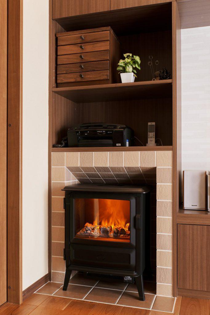 【リビング】 暖炉風ストーブを設置。 周囲をタイル張りにして 暖炉を演出しました。