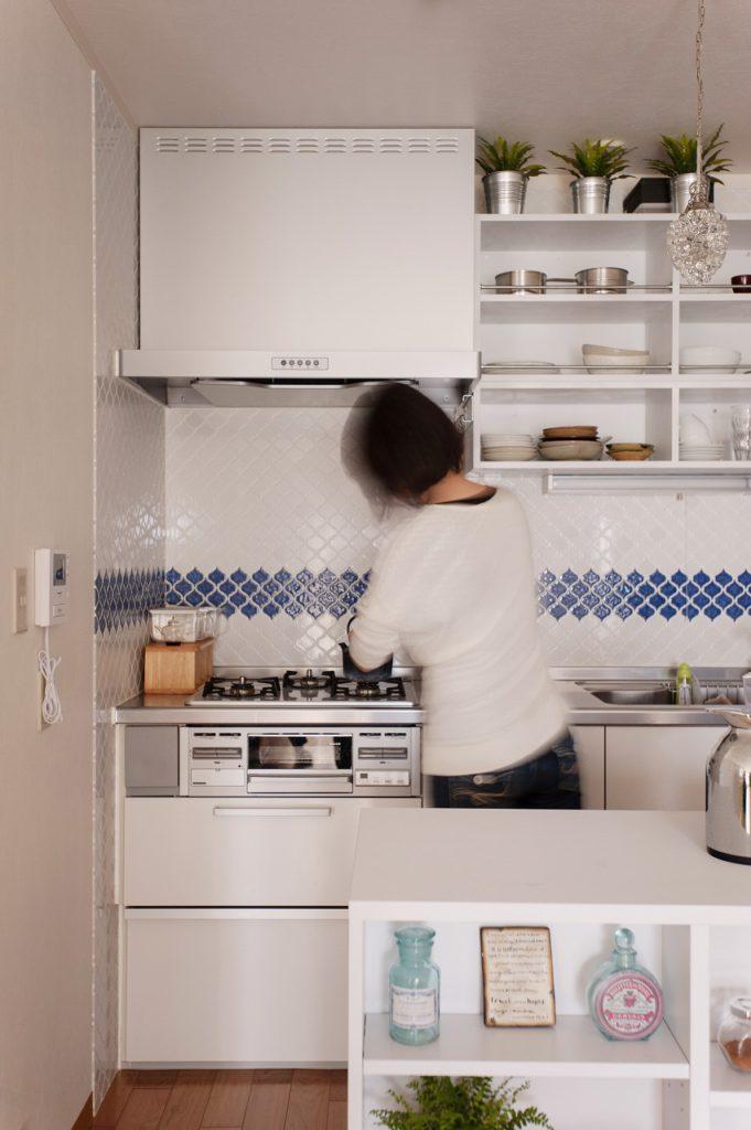 【キッチン】 キッチン小物を飾れる オープン棚を造作しました。