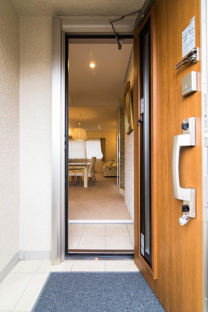 【玄関外】 入口から抜けるLDK。玄関ドアを交換したことにより、寒さも軽減。