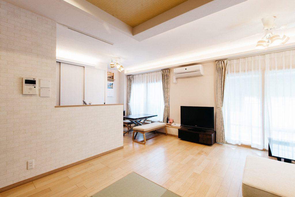 【LDK】 和室コーナーは来客時やお子様の遊ぶスペースに。