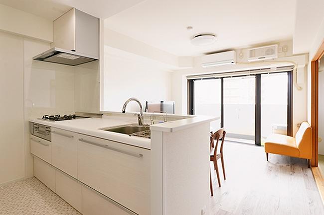 【LDK~キッチンから】 独立型のキッチンと、リビングの間の間仕切り壁を撤去。