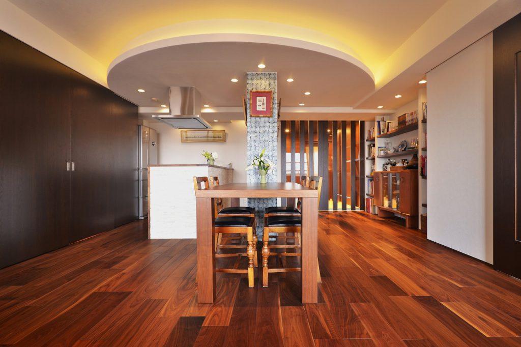 【リビング(昼)】天井のアールの下り天井は排気のダクトを隠すもの。無くする事が出来なければあえて強調。デザイン取り込む事で調和させます。このデザインが家の顔です!