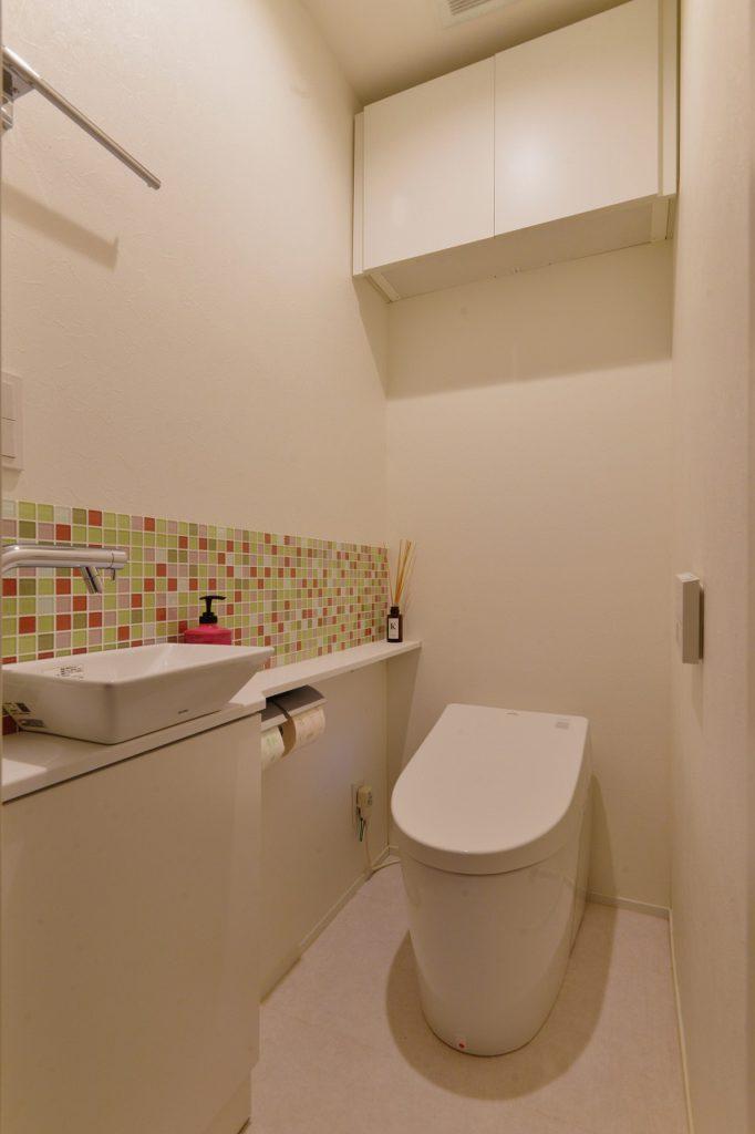 【トイレ】 アクセントにしたMIXカラーのモザイクタイルは、奥様オリジナルMIX。ちょっとしたところにも自分のお気に入りがあると思うと、それだけで気分が変わるものです。