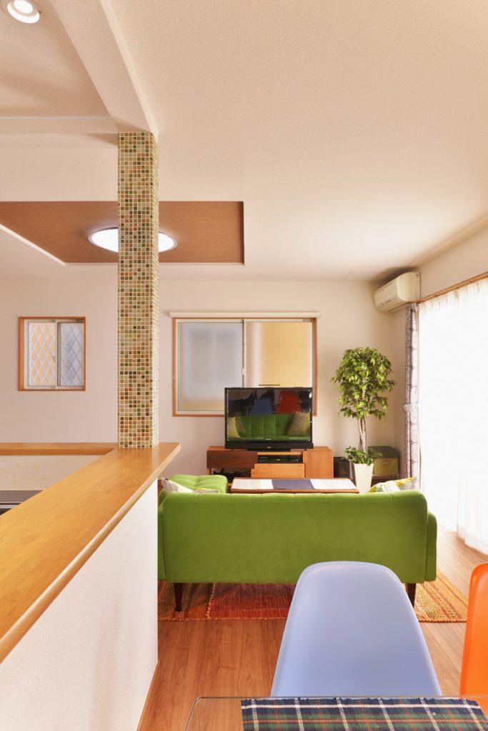 【リビング】 対面キッチンにしたことで 出てくる柱にはモザイクタイルを 貼ってアクセントとしました。