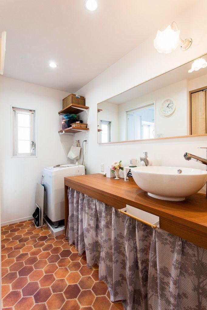 【洗面脱衣室】 造作の長い洗面カウンター。夢だった広くて充実した洗面脱衣室に。