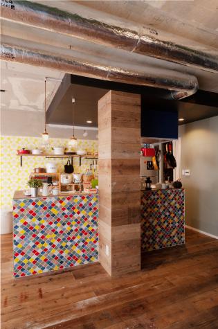 【キッチン】マンションの縦配管、隠すより飾る。取れないものは目立たせちゃおう。キッチンをオープン収納とすることで色のバランスをとっています。
