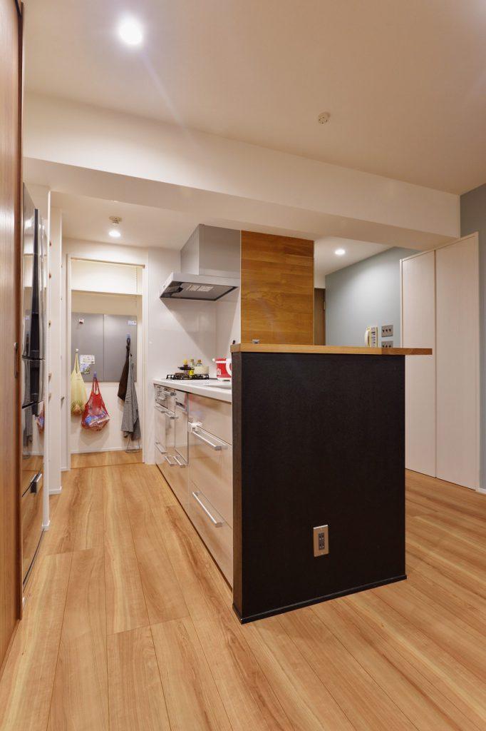 【収納+パントリー】キッチンからつながるパントリー。 限られたスペースだけど、使い勝手抜群!ここにマグネットが付く壁を作ったらから冷蔵庫には磁石なし。やっぱりあるとかっこよくはないですよね。