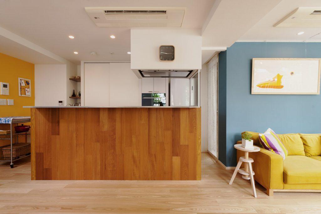 【LDK】 キッチン腰壁はチーク、床はアッシュと2種類のフローリングを使い分けています。